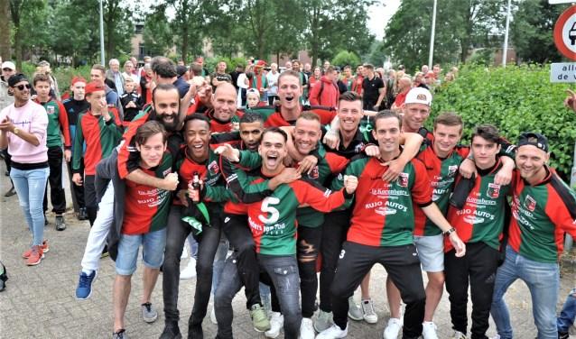 De spelersgroep van WAVV werd bij terugkeer op het sportpark Van Ketwich Verschuur uitbundig begroet en toegezongen.(foto: gertbudding.nl
