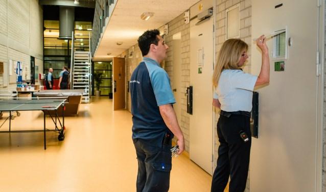 PIW-er Sirri en afdelingshoofd Annette controleren een cel op de leefafdeling die al volledig gerenoveerd is.