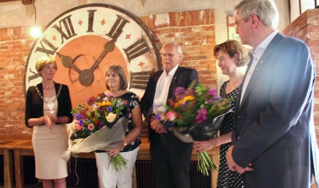 De oud-wethouders ontvingen een gemeentelijke onderscheiding; hun vrouwen een flinke ruiker.