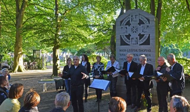 De zomeravondontmoetingen vinden plaats bij de gedenksteen van Thomas a Kempis op de Agnietenberg.