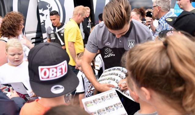 Scoor tijdens de open dag van Heracles Almelo natuurlijk ook een handtekening van een van de spelers.