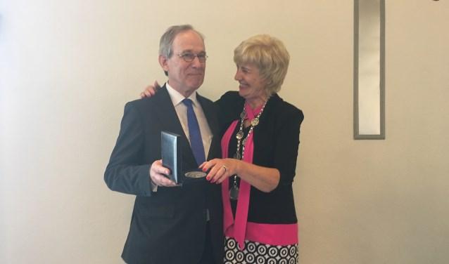 Oud wethouder Erik Heinrich heeft uit handen van burgemeester Agnes Schaap de erepenning van de gemeente Renkum ontvangen.