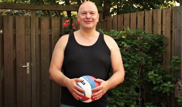 Henk van der Velden is al achttien jaar als vrijwilliger verbonden aan de Vughtse Volleybal Combinatie (VVC), dat dit jaar haar vijftigjarig jubileum viert met verschillende activiteiten.