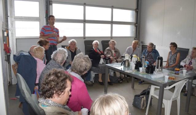 Sjors vertelt over het kaasmaken en de boerderij. De gasten van de dagopvang mochten hierna zelf een kijkje nemen bij het proces én de kaas proeven. FOTO: Annet Kasbergen