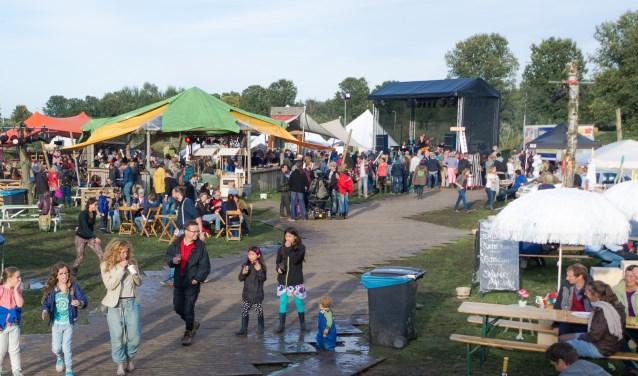 Op het terrein van eFFect Festival bij jeugdzorgboerderij De Locatie in Vlijmen vervagen de grenzen tussen verschillende bevolkingsgroepen, artiesten en publiek en mensen met en zonder een beperking.