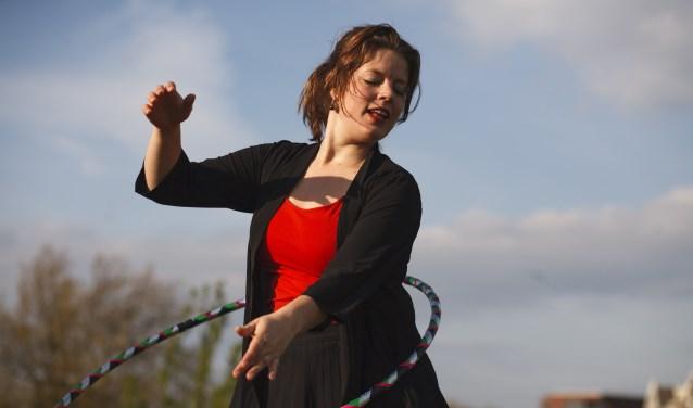 De lessen en demonstraties Hoopdance worden gedaan door Juliette Barzilaij van Juul's Hoop Vibes.