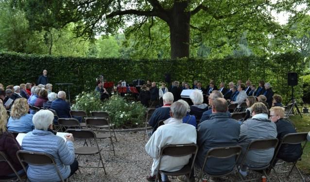 Meer dan honderd belangstellenden kwamen vrijdag 22 juni naar de begraafplaats in Gelselaar voor 'Efkes stille staon bie...'