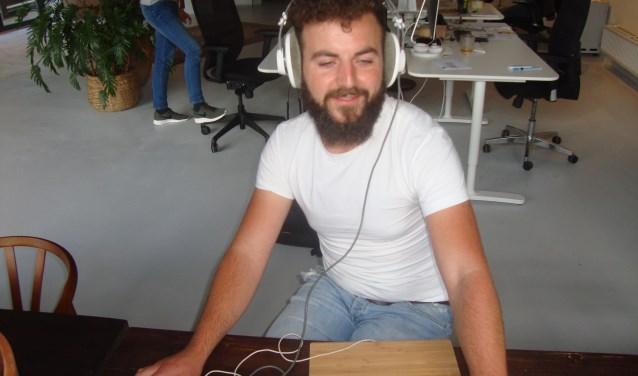 Erwin 'Mr. Allegaartje' Klein Leetink beluistert een demo op zijn werkplek