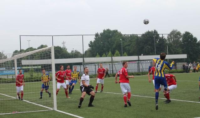 Een aanval van vv Veenendaal op het doel van Hoevelaken. De ploeg van trainer Arco van Elst speelde een prima wedstrijd, maar verloor de pot na het missen van twee strafschoppen. Dus geen promotie naar de 2e klasse. (Foto: Henk Jansen)