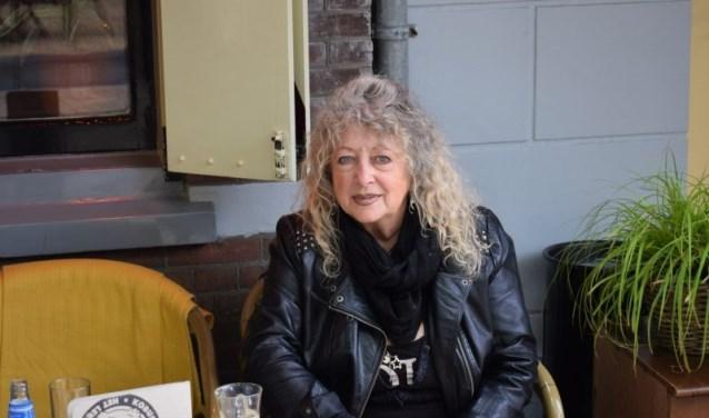 Anna Krul zit tegenwoordig zelden nog in de kroeg, liever is ze bezig met oude foto's.