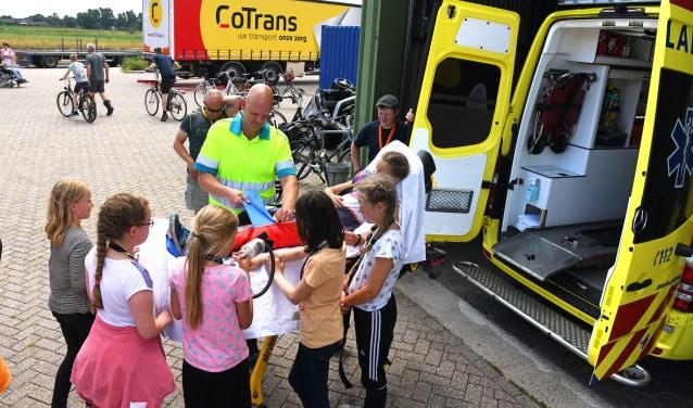 foto: kinderen zien werk ambulancemedewerker van dichtbij foto Jan Wijten