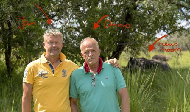 Jan van den Heuij (links) en Anno Koning gingen vorig jaar met negen leerlingen naar Oeganda voor een weeshuisproject. Daar gingen ze ook op safari en maakte hun gids en tevens chauffeur deze foto. (foto: PR)