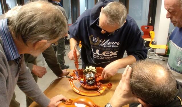 In het Repair Café Kaatsheuvel krijgen kapotte spullen een nieuwe kans.