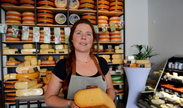 Marianne in haar supermooie zaak toont de Willem van Oranje kaas.    (foto en tekst: Cees Hoogteyling)
