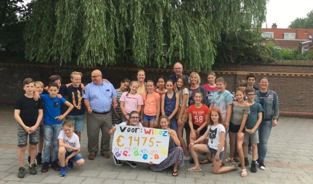 leerlingen Montessorischool overhandigen de cheque aan WIBoZ