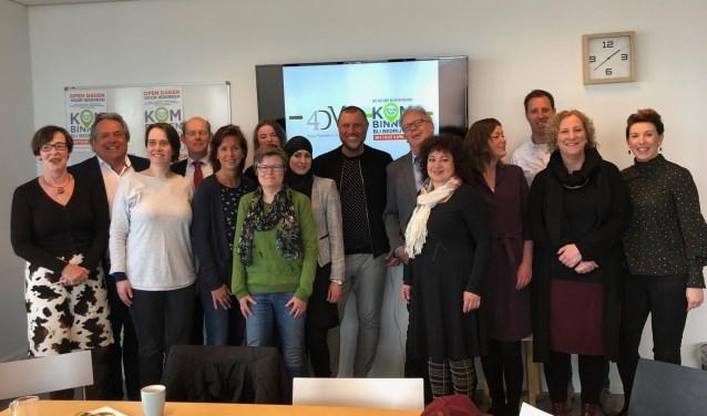 John de Wolf, wethouder Hans Haring en een groep bezoekers bij 4DMC tijdens 'Kom binnen bij bedrijven'.