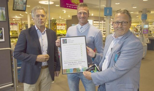De uitreiking vond plaats in de winkel van ondernemer Remon de Kreij in het bijzijn van Jan de Groot, wethouder gemeente Giessenlanden. (Foto: Privé)