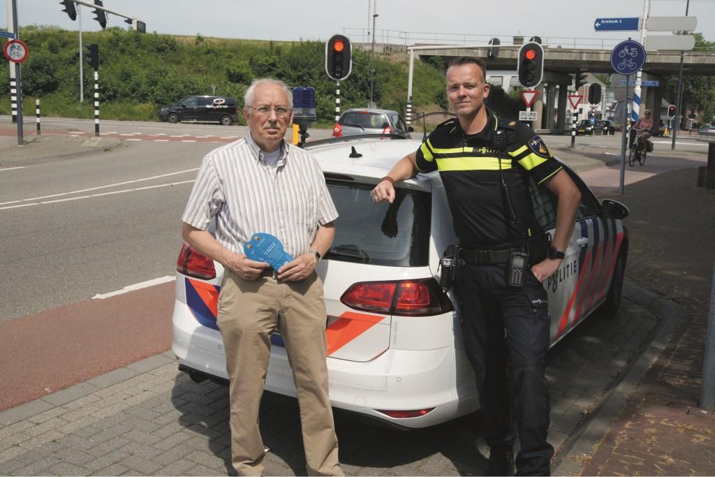 Wijkraadvoorzitter Ad Bleumink, die het initiatief nam voor de informatiebijeenkomst. Naast hem wijkagent Maurice Zweers, die dinsdag ook aanwezig is.