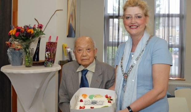 De burgemeester nam voor de 100-jarige meneer Thung een taart mee. Eigen foto