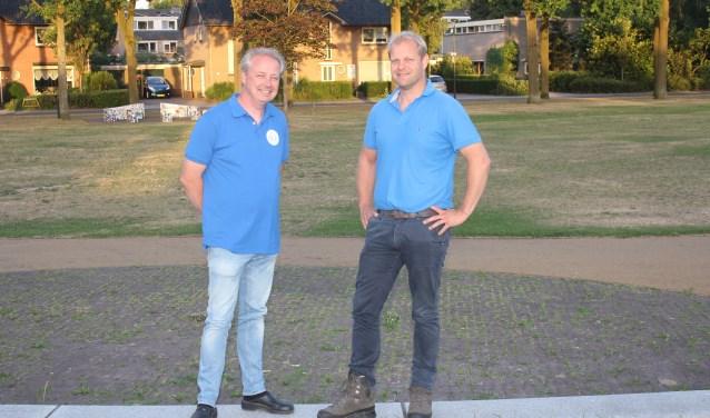 V.l.n.r. Henri te Loo en Peter Harmens voor het grasveld waar jaarlijks de feesttent in Eefde wordt opgezet.