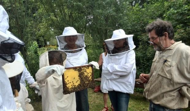 Wil je weten hoe honing ontstaat? Of hoe bijen hun raten bouwen? In het weekend van 14 en 15 juli houden imkers op meer dan 200 locaties open huis.