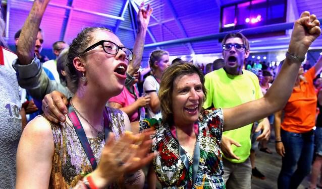 Cynthia (links) en haar moeder Esther Albers-de Wolff bij de gezellig feestavond bij Marveld Groenlo.