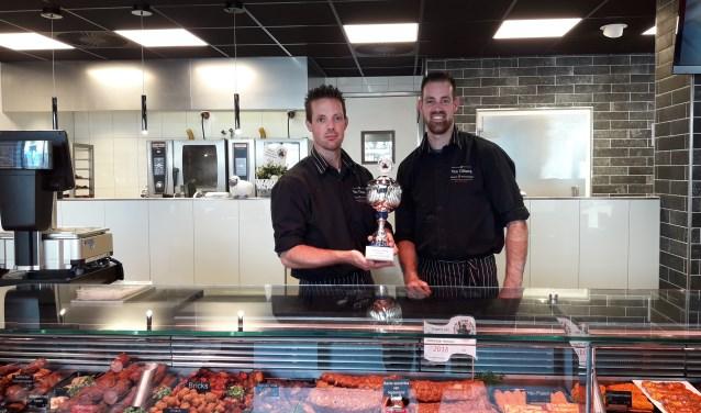 De broers John en Roy van Tilburg zijn trots op de prijs.