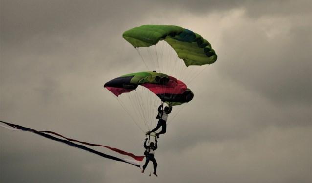 Tijdens het Zuiderwaterliniefestival werden enkele spectaculaire parachutesprongen gemaakt
