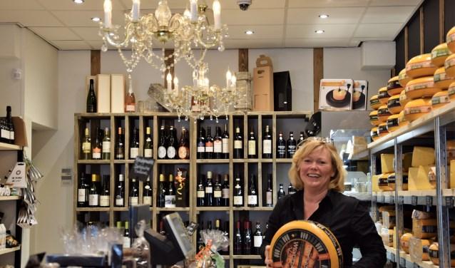 Karin van Hoeven (De Gastronaut) toont vol trots het smaakvolle kaasassortiment, met meer dan 60 soorten kaas. (Foto: Janet Kooren)