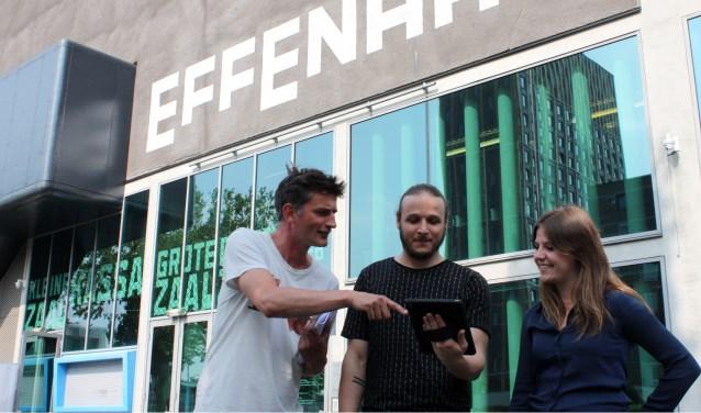 De iPad speelt een belangrijke rol bij Strings of Life. Maikel Huben en Lieke van Ooijen kijken mee op het scherm  van Marc van Deuren. Foto: Rob Weekers