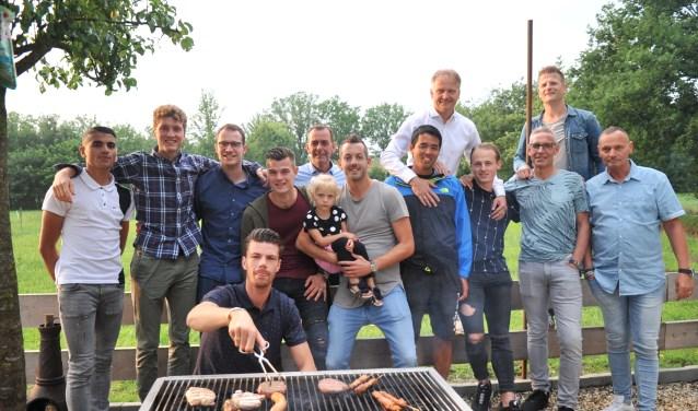De vertrekkende spelers en begeleiding genoten van 'het laatste avondmaal' tijdens de barbecue in Bennekom. (foto: gertbudding.nl)