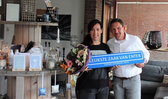 Uit handen van Eric Tijhuis van Enters Voordeel heeft Janette Heijenkamp het bord ontvangen.