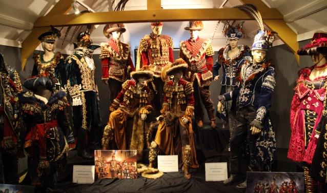 Marjolein Hockers ontwierp kostuums van deftige, koninklijke en carnavaleske allure, die nu te zien zijn in het Oeteldonks Gemintemuzejum. Markante, zuur kijkende koppen die lijken te roepen: 'Hee gij daorkoekwous, kék ons dan, wij hangen hier nie veur Jan Doedel!'. Prinselijke jasjes, jurkjes, hoeden en andere on-Oeteldonkse decoratieve elementen domineren. Maar, een kniesoor die daar een punt van maakt? Feest is feest!
