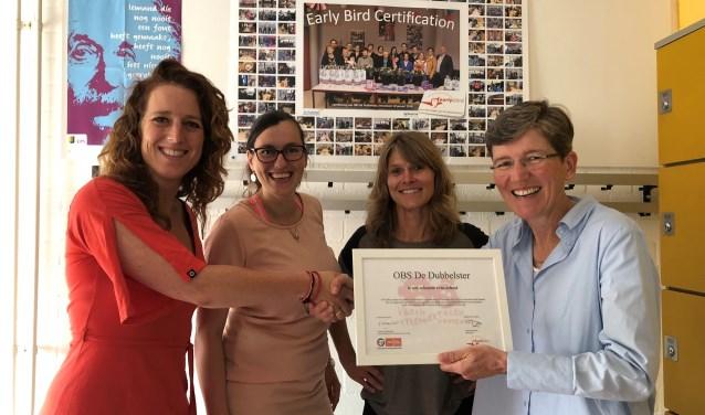 directeur Sabine Hessels met leerkrachten Astrid Lubbers en Lenny Steltenpool nemen het certificaat in ontvangst van Francis Kutschruiter van Early Bird