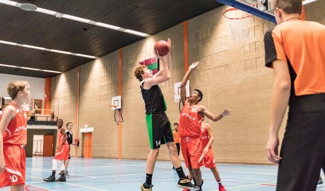 Vier jaar geleden begon Niels (hier scorend voor Rotterdam) bij basketbalclub Squirrels. Hij viel niet alleen door zijn lengte op, ook vanwege zijn spelinzicht. Foto: Fons M.M. Simons