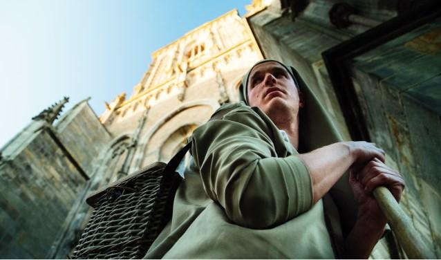 Gijs van Houwelingen, oftewel de venter, als marskramer. ''We laten zien dat we van de stad houden en dat we trots zijn op onze kerk, die onlangs een nieuw onderkomen heeft gevonden.''