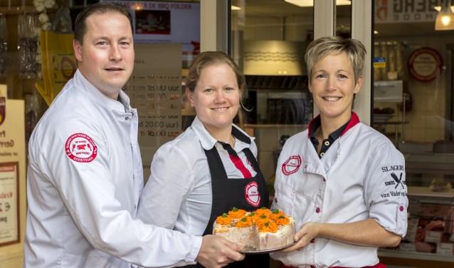 Franz en Judith Gerritschen en Veronique Knippenberg met één van haar laatst gemaakte hamtaarten. Op 1 juli start ze bij Bakkerij Godschalk. (foto: Bas Bakema)