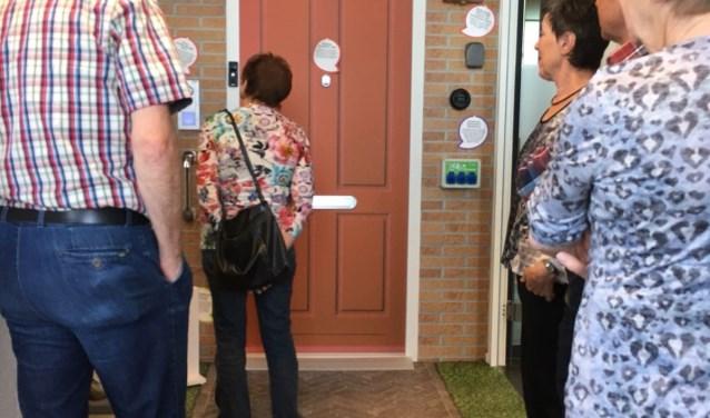 Seniorenvoorlichters van Welcom bekijken slimme oplossingen van Zlimthuis
