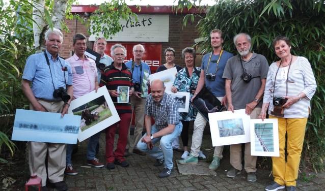 Een deel van de leden van de Cameraclub Oosterbeek, met derde en vierde van rechts de huidig voorzitter Martin Kohrman en oud-voorzitter Ada van Heest.