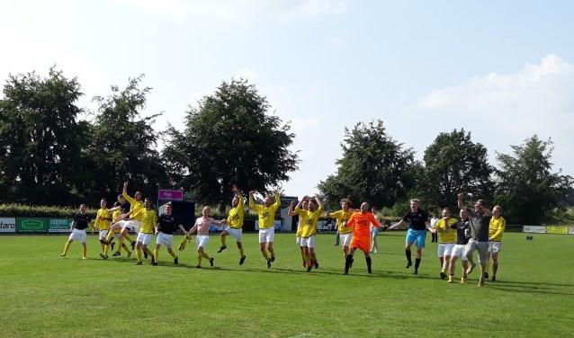 De vreugde was groot bij HBV. De club acteert ook volgend seizoen in de vierde klasse. (foto: Jos Janssen)