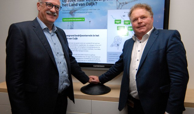 De Cuijkse wethouder Maarten Jilisen (links) en zijn Boxmeerse collega Peter Stevens nemen samen met een symbolische druk op de knop kavelkaarten.nl in gebruik. (foto: Tom Oosthout)