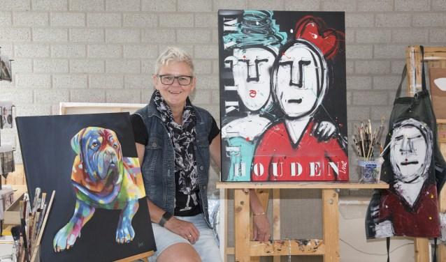 Ine Stiphout in haar atelier, omringd met enkele werken van haar hand. (foto: Yvonne Jacobs)