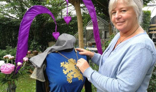 Annette Wielaard bezig aan de laatste voorbereidingen voor het Rondje Ambacht dat in het teken zal staan van de Slag bij Vlaardingen. (Foto: Peter Spek)