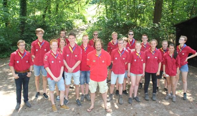 Voorzitter Scouting  Graaf Ottogroep, Bastiaan van den Noort  (in het midden met witte broek) omringd door leiding en de speltak Explorers (14 tot 17 jarigen).  (Foto: Arjen Dieperink)