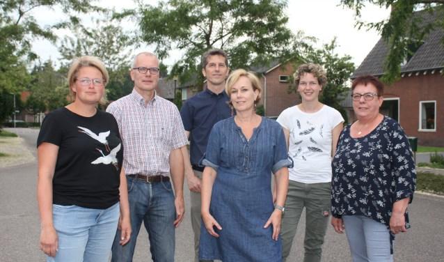 Het bestuur van de Belangenverenigng Exel en Omstreken. V.l.n.r. Hilde Buitelaar,Anne Bruggink, Jan Vrielink, Marieke Zweverink, Simone Keppels en Alie Fleerkate. (Foto: Arjen Dieperink)