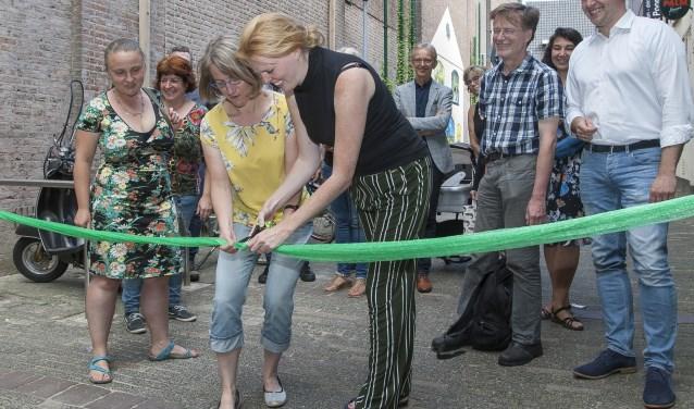 Leida van den Berg en Wieke Flipsen knipten symbolisch een groen lint door. (foto: Johan Mulder)