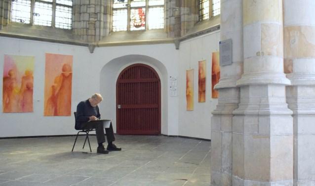 Henk Helmantel aan het werk in de Grote Kerk. (foto: José de Jong)