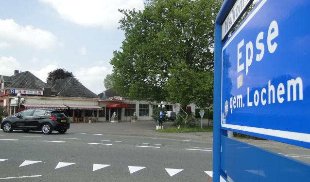 De Rozentuin in Epse. Duidelijk is de ingang aand e Lochemseweg te zien. Het restaurant heeft de pech dat het net buiten de bebouwde kom ligt.