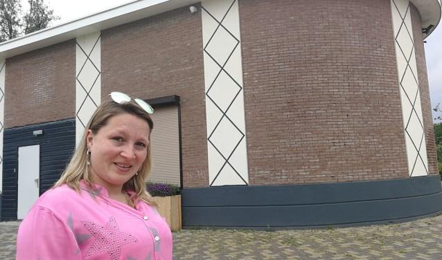 Samantha Mudde bij het voormalige complex vanHollandiaanin het Park 't Nieuwelant waar 9 juni 's middags en 's avonds haar actie voor Kika plaatsvindt (Foto: Peter Spek).