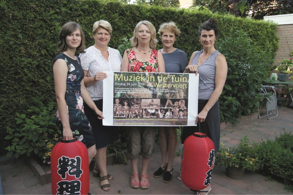 De vrouwen achter de Stichting Kinderwelzijn China (vlnr): Anoek van Kol, Greta Rubingh, Alies Vermeulen, Joke Menger en Karin Gesink.